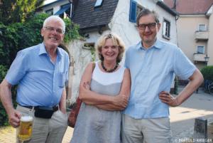 Loretta Lorenz mit dem Vorstandmitglied Ludwig von Hamm (l.) und dem Vorstandsvorsitzenden Justus Kampp beim Fassanstich am Annaplatzfest.