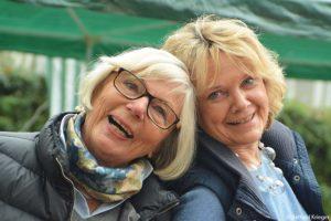 Die Organisatorinnen des 1. Lichterfests in der Wiehre  Ursula Goldschmidt-Karcisky und Loretta Lorenz zu Festbeginn.